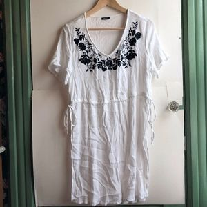 TORRID 0 White Black Floral Embroidered Tunic Top